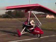 """""""圣诞老人""""驾红色滑翔飞机苏格兰升空"""