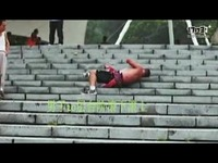 锻炼身体/男子20层台阶滚下滚上锻炼身体...