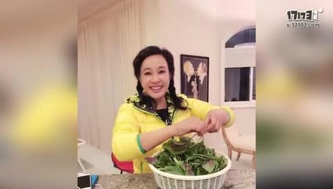 刘晓庆亲自下厨准备年饭